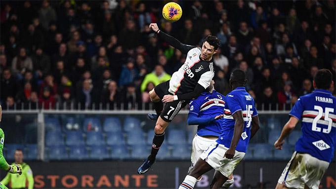 Một pha bật cao đánh đầu ấn tượng của Ronaldo
