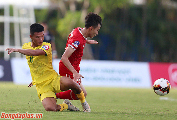 Các cầu thủ Phú Thọ liên tục vây ráp tầm cao đối với PVF trong phần lớn thời gian thi đấu
