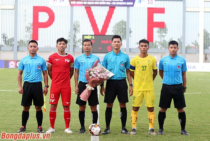Trước trận đấu giữa PVF (đỏ) và Phú Thọ (vàng) diễn ra, 2 trận đấu của bảng A đã diễn ra. Phù Đổng thắng 1-0 Nam Định còn Lâm Đồng hòa 0-0 Trẻ SHB Đà Nẵng