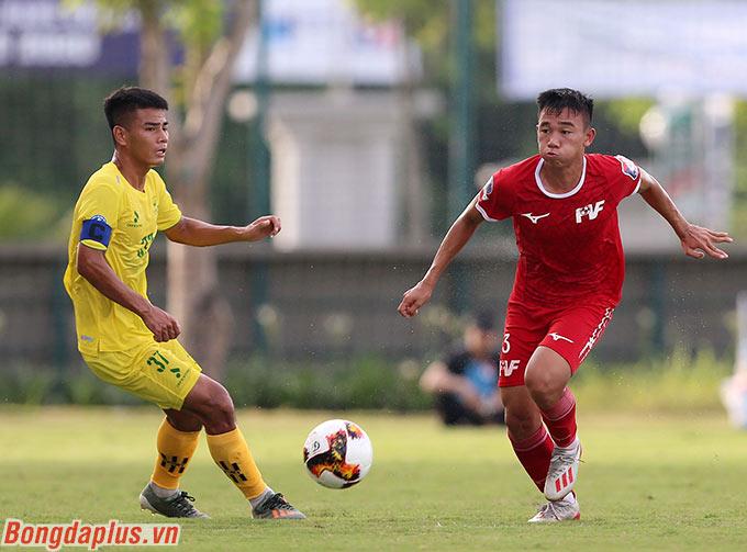 Tuy nhiên, ngồi trên khán đài, ông Philippe Troussier - HLV U19 Việt Nam lại quan tâm nhiều hơn đến đội trưởng Nguyễn Hữu Tuấn của Phú Thọ