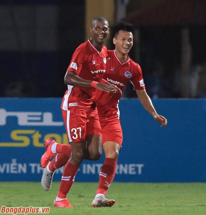 Viettel ghi 3 bàn trong hiệp 1 chỉ trong 6 phút - Ảnh: Minh Tuấn