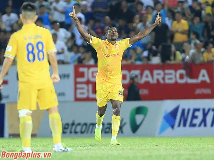 Trung vệ Agbaji giúp DNH Nam Định thắng Quảng Nam - Ảnh: Đức Cường