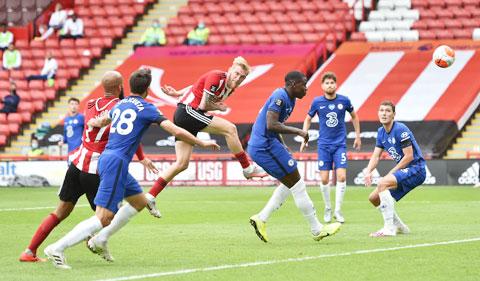 Cả hàng thủ Chelsea bất lực chứng kiến McBurnie (giữa) bật cao đánh đầu tung lưới Kepa
