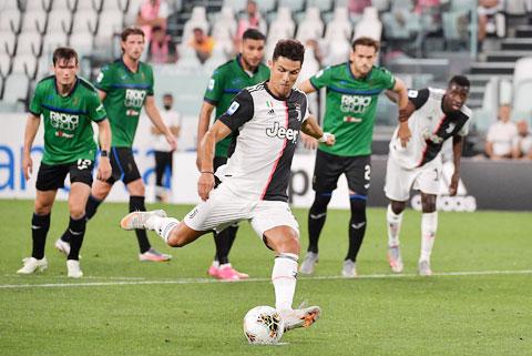 Ronaldo thực hiện thành công 2 quả phạt đền để giữ lại 1 điểm cho Juventus