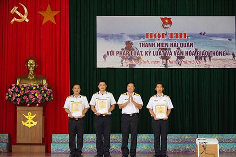 Thượng tá Phạm Khoa Nam, Trưởng Phòng Quần chúng Quân chủng tặng phần thưởng cho các đội thi