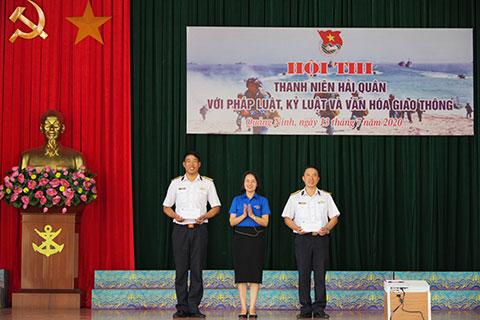 Đại diện Đoàn cơ sở Thị xã Quảng Yên tặng phần thưởng cho các tiết mục xuất sắc trong hội thi