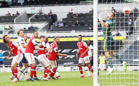 Cầu thủ Arsenal (áo sẫm) thất thần nhìn bóng bay vào lưới sau cú đánh đầu của Alderweireld