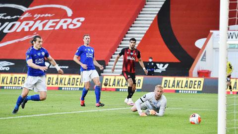Thủ thành Schmeichel bất lực nhìn bóng lăn vào lưới trong bàn thua thứ hai của Leicester trước Bournemouth