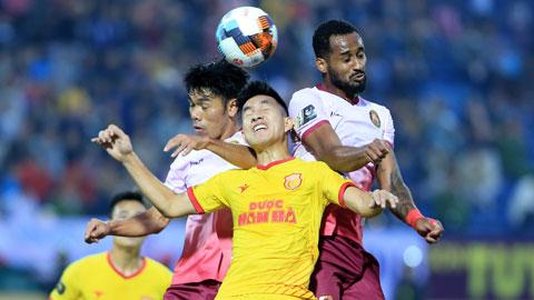 Sài Gòn FC (quần sẫm) muốn thắng để giữ vững vị trí số 1, trong khi DNH.ND cũng muốn giành trọn 3 điểm để cải thiện thứ hạng  Ảnh: ĐỨC CƯỜNG
