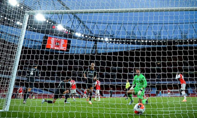 Alisson mắc sai lầm ở cuối hiệp 1 khiến Liverpool nhận thêm 1 bàn thua