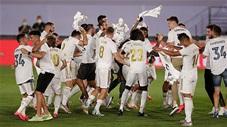 Vỡ òa cảm xúc khi toàn đội Real Madrid ùa vào sân ăn mừng chức vô địch