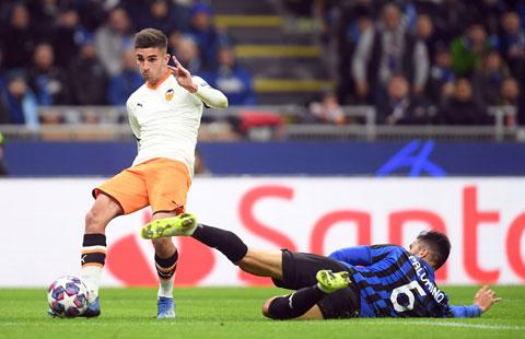 Ferran Torres (áo sáng) đang chơi rất hay trong màu áo Valencia và hiện có phí giải phóng hợp đồng lên đến 100 triệu euro