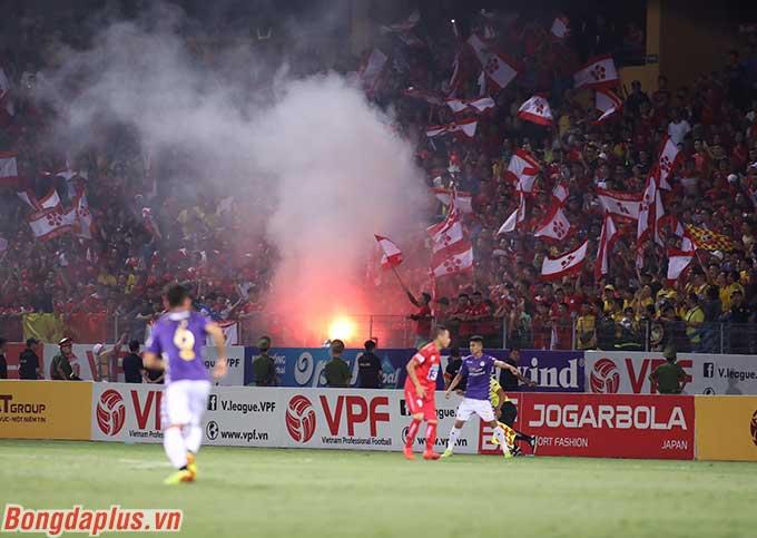 Chỉ ít phút trước khi trận đấu giữa Hà Nội FC và Hải Phòng diễn ra, một quả pháo sáng lập tức được đốt lên trên khán đài có CĐV Hải Phòng