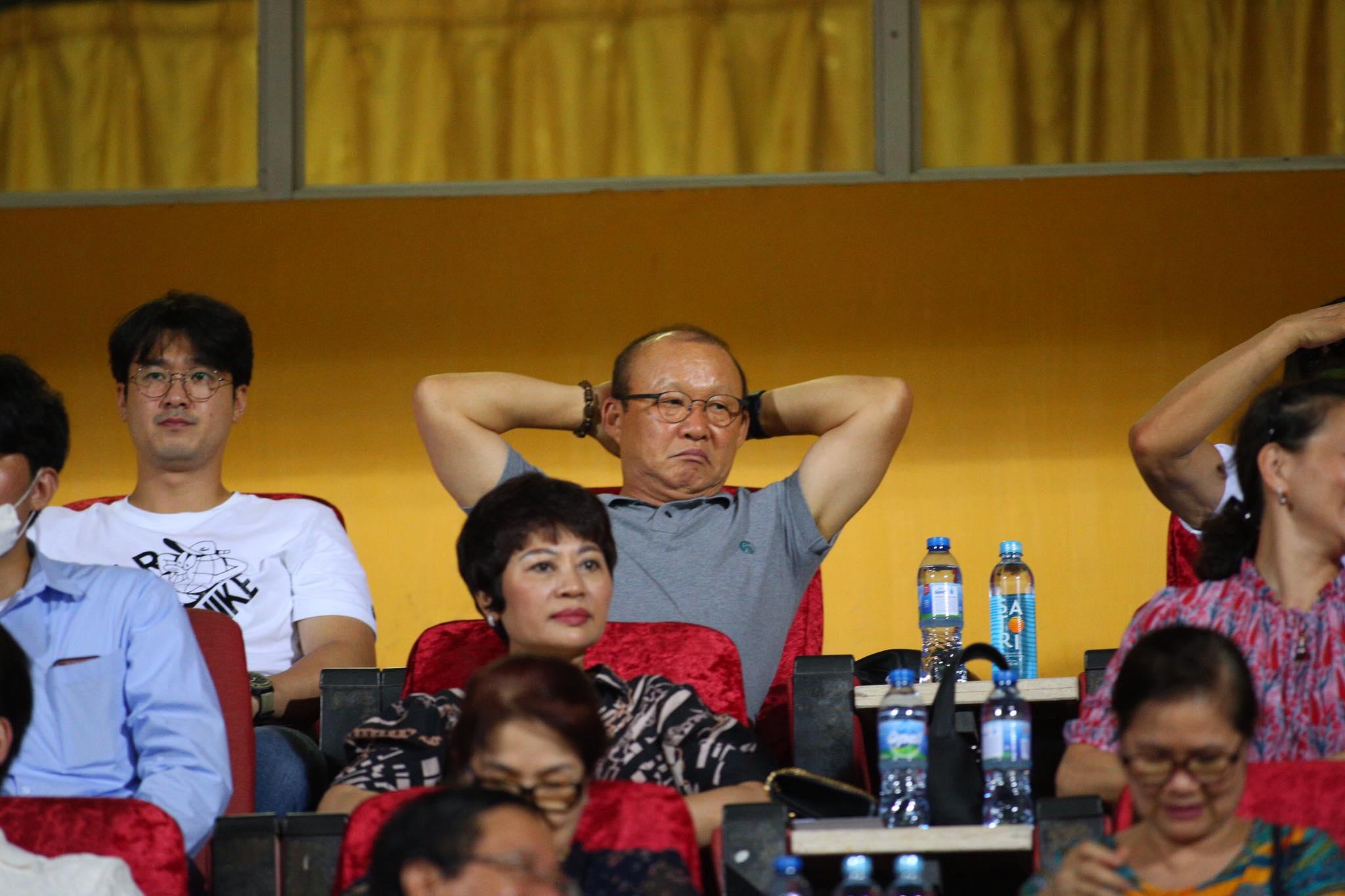 HLV Park Hang Seo có mặt dự khán trận đấu - Ảnh: Phan Tùng