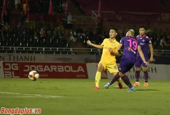 Ngay ở giây 34 trận đấu với DNH Nam Định tại vòng 10 V.League, Quốc Phương giúp Sài Gòn vượt lên dẫn trước