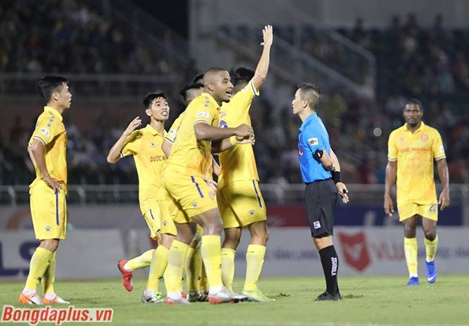 Sang hiệp 2, Hạ Long sút bóng trúng tay cầu thủ Sài Gòn trong vòng cấm nhưng cũng không được hưởng penalty