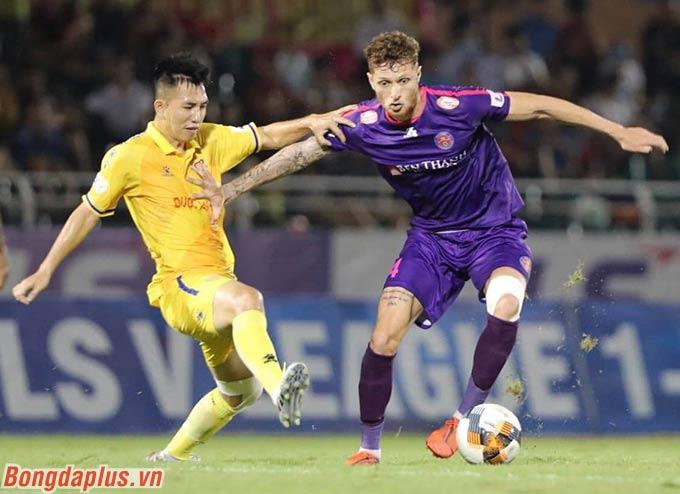 Nhưng đến phút 34, Geovane khéo léo loại bỏ tiền vệ DNH Nam Định trước vòng cấm