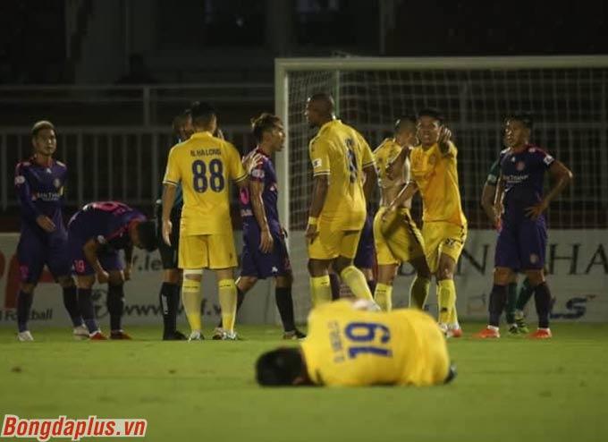 Trọng tài Mai Xuân Hùng có một số quyết định khiến cầu thủ DNH Nam Định phản ứng quyết liệt