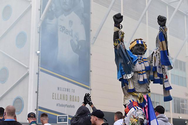 CĐV Leeds ăn mừng bên ngoài sân Elland Road