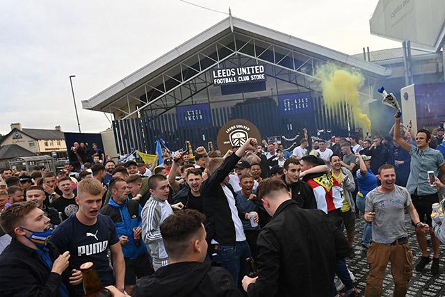 Tuy vậy, việc các CĐV Leeds ra đường ăn mừng quá đông khiến các nhà chức trách lo ngại dịch bệnh Covid-19 có thể bùng phát