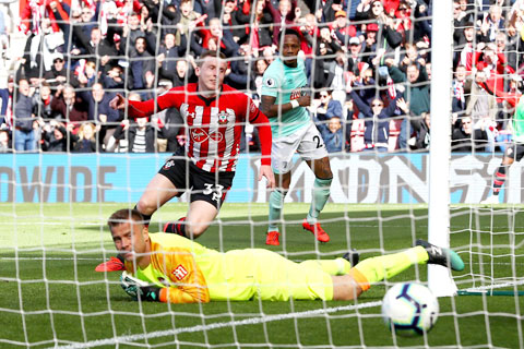 Điểm tựa sân nhà là không đủ để Bournemouth (áo sáng) thoát thua