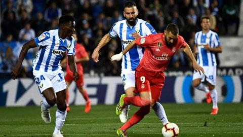 Benzema (áo sẫm) và đồng đội có thể hài lòng với một trận hòa trên sân của Leganes