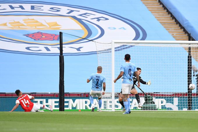 Aubameyang mở tỷ số cho Arsenal ở phút 19 với một pha chạm bóng tinh tế