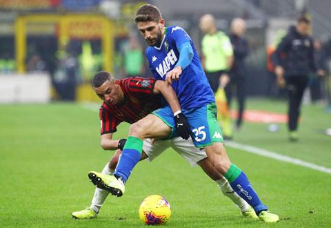 Milan (trái) nhiều khả năng sẽ bị Sassuola ngáng đường