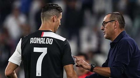 Sarri không thể ngăn Ronaldo ngửi thấy máu