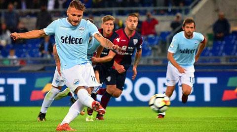 Immobile (bìa trái) sẽ ghi bàn vào lưới Cagliari để vừa giúp Lazio có trọn 3 điểm, vừa đua tranh danh hiệu cá nhân