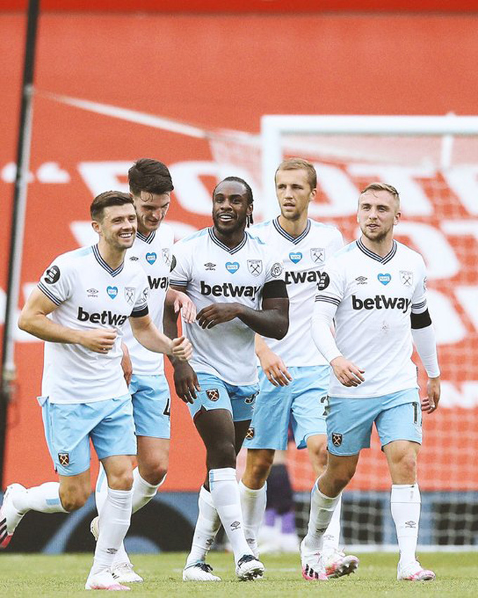 Antonio mở tỷ số cho West Ham trên chấm 11m