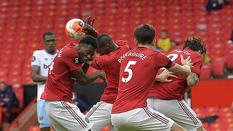 Pogba bị chửi sấp mặt vì dùng tay cản bóng vào mặt, khiến M.U bị thủng lưới