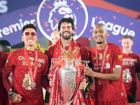 Fabinho ăn mừng chức vô địch Ngoại hạng Anh cùng Firmino và Alisson