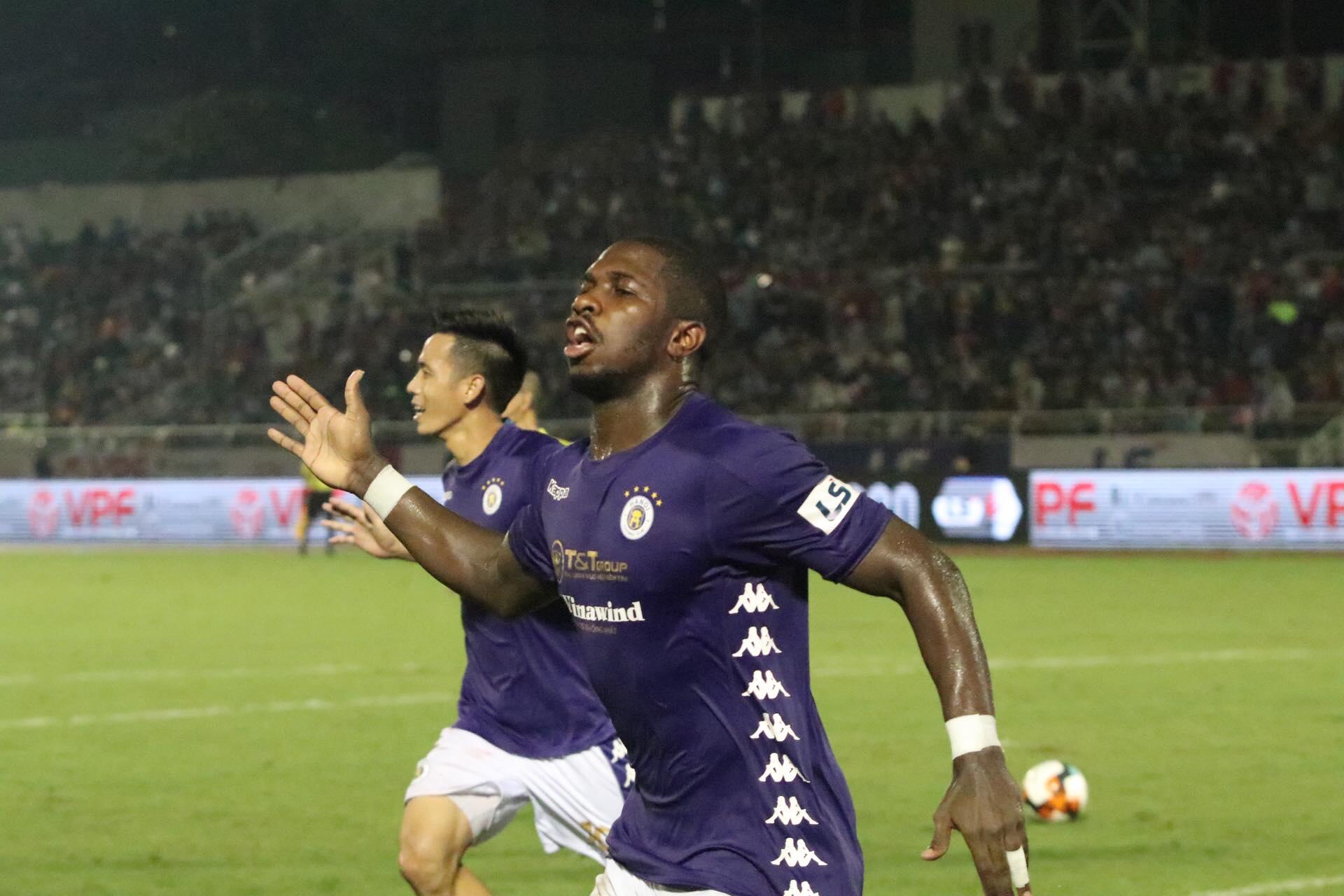 Niềm vui của Rimario sau khi ấn định chiến thắng 3-0 cho Hà Nội - Ảnh: Hữu Thành