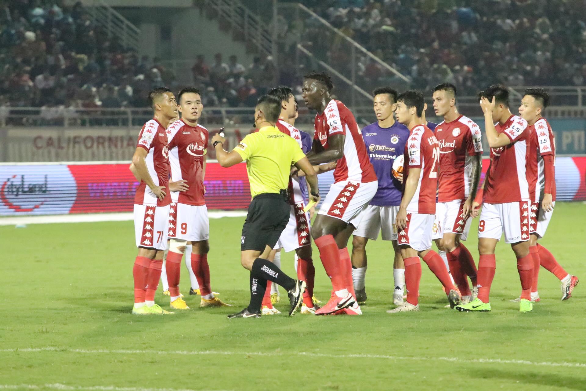 Trọng tài Văn Trọng 2 lần từ chối thổi phạt penalty cho TP.HCM trong hiệp 1 - Ảnh: Hữu Thành