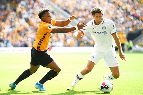 Ở thời điểm hiện tại, Wolves (trái) đủ sức cầm chân Chelsea ngay trên sân khách