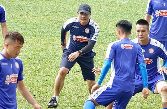 Buổi tập diễn ra trên sân QK7 và HLV Hữu Thắng cũng vui vẻ tham gia bài tập đá ma cùng các học trò