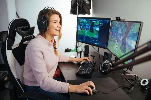 Kristen Valnicek sinh ra tại Canada. Tựa game mà Kristen chơi nhiều nhất là Fortnite. Cô gái đáng yêu này được biết tới với nickname làKittyPlays
