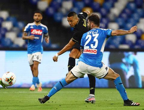 Hàng thủ Napoli (trước) sẽ  ngăn Inter giành chiến thắng trận này