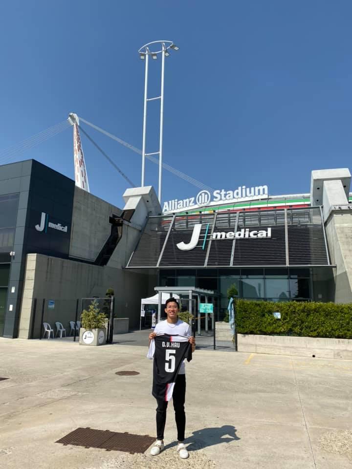 Văn Hậu chụp ảnh kỷ niệm tại sân bóng của CLB Juventus - Ảnh: FBNV