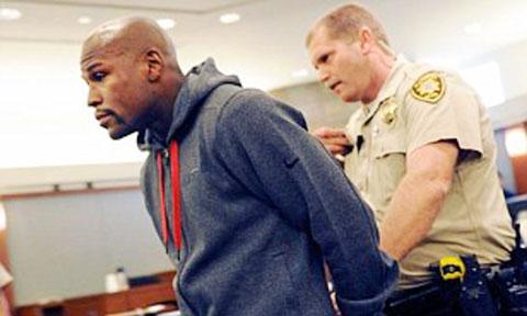 Mayweather tra tay vào còng sau khi bị kết tội hành hung người khác