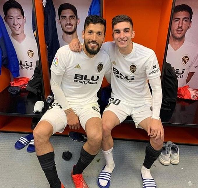 Torres (phải) đã ở Valencia từ năm 6 tuổi