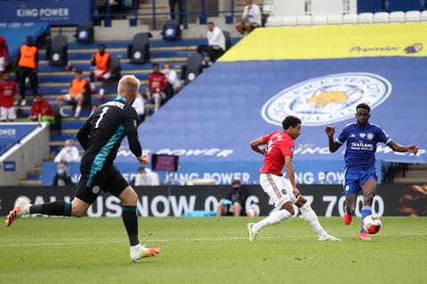 """Lingard vừa được Schmeichel """"biếu"""" cho bàn thắng đầu tiên tại Premier League 2019/20"""