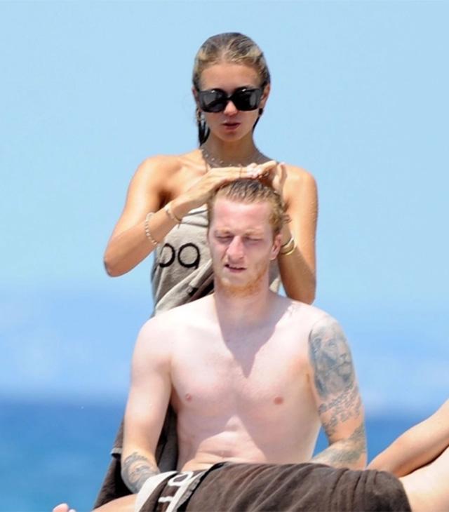 Trong thời gian nghỉ thi đấu vì chấn thương và Dortmund đã không còn thi đấu ở mùa giải 2019/20, Reus khiến các fan cảm thấy lạ lẫm khi để tóc dài. Thậm chí,Gartmann còn phải giúp đỡ chồng buộc tóc để chơi cho đỡ vướng víu