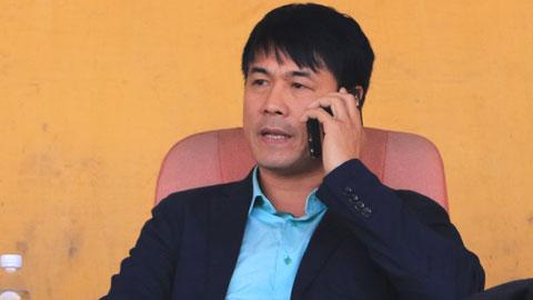 HLV Hữu Thắng quan sát một  trận đấu tại V.League   Ảnh: Minh Tuấn