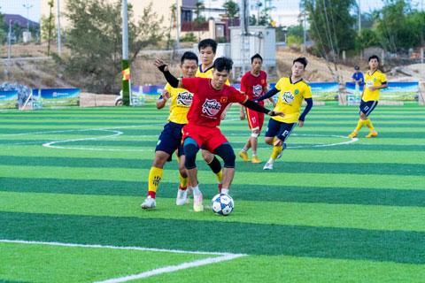 FC Hoàng Linh (áo đỏ) dành chiến thắng thuyết phục nhờ sự bình tĩnh và tinh thần thi đấu kiên cường