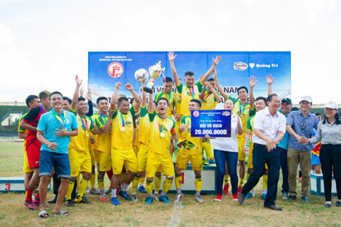 Niềm vui của tân vương Giải vô địch bóng đá nam năm 2020 tranh cúp Huda tại Quảng Trị