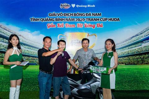 Anh Trần Ngọc Hiền (Quảng Bình) đã may mắn trúng giải xe máy Honda Airblade tại trận Chung kết Giải vô địch bóng đá nam năm 2020 tranh cúp Huda
