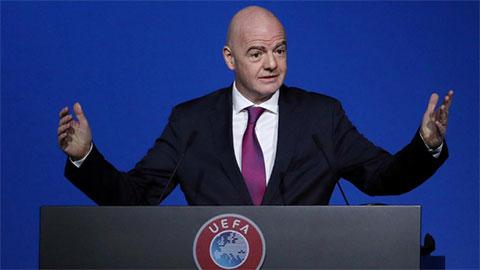 Chủ tịch FIFA, Gianni Infantino bị 'sờ gáy'