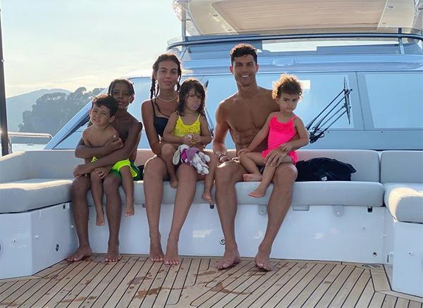 Bức ảnh chụp cả nhà Ronaldo trên du thuyền sang trọng